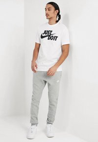 Nike Sportswear - TEE JUST DO IT - Camiseta estampada - white/black - 1