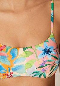 OYSHO - BIKINIOBERTEIL MIT BLUMEN 32440392 - Bikiniöverdel - white - 4