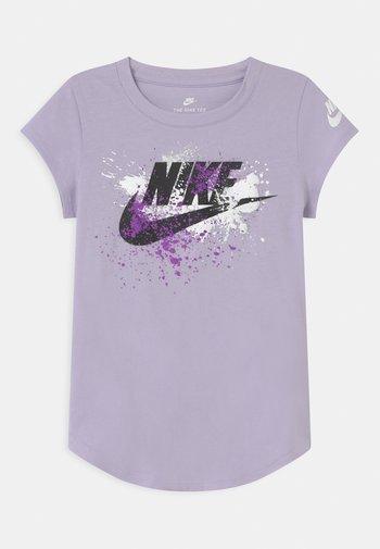 SKY DYE FUTURA BURST - T-shirt print - purple chalk