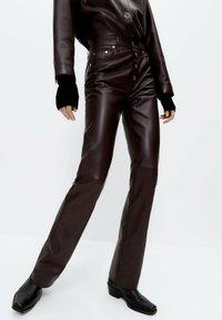 Uterqüe - Leather trousers - bordeaux - 0