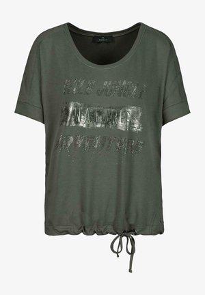 MIT ÜBERSCHNITTENEN ÄRMELN - Print T-shirt - pine