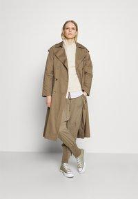 Cream - NANNA PANTS - Pantalon classique - timber wolf - 1