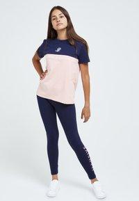 Illusive London Juniors - Print T-shirt - navy & pink - 1