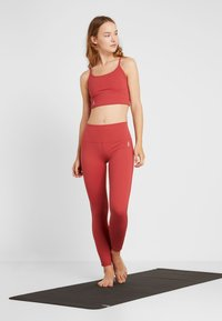 Free People - FP MOVEMENT REVELATION CROP - Linne - red - 1