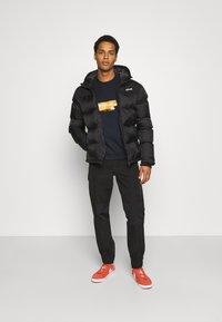 Mennace - UNISEX SPRAY PAINT  - Sweatshirt - washed black - 1