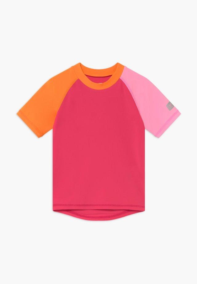 SWIM CEDROS - Solbeskyttende drakt - berry pink