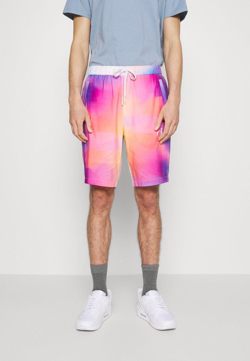 Calvin Klein Jeans - PRIDE SHORT UNISEX - Shorts - multicoloured