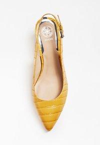 Guess - GUESS PUMPS TERNER ECHTES LEDER - Classic heels - yellow - 1
