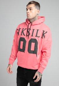 SIKSILK - DROP SHOULDER RELAXED FIT HOODIE - Sweater - black/pink - 0
