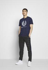 Belstaff - COTELAND  - Print T-shirt - bright navy - 1