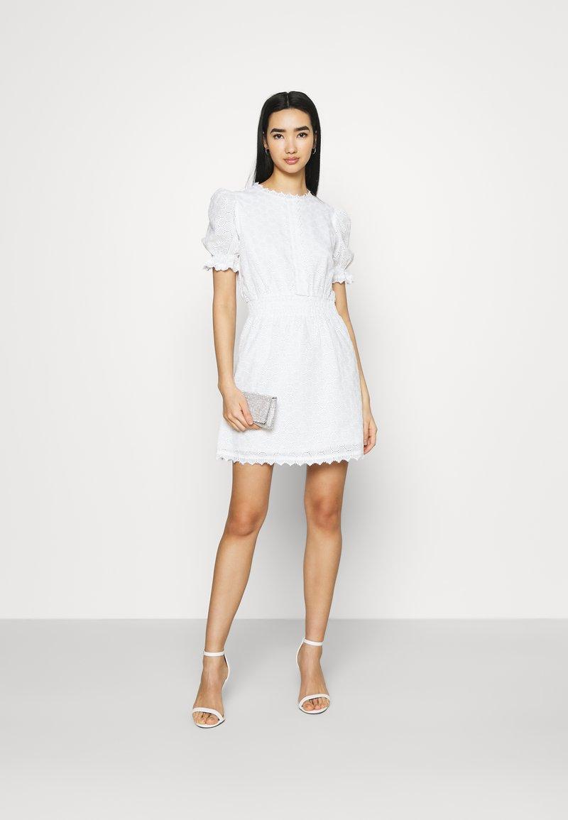 NA-KD - SMOCK DETAIL MINI DRESS - Vestido de cóctel - white