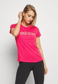 adidas Performance - ESSENTIALS SPORTS SLIM SHORT SLEEVE TEE - Camiseta estampada - powerpink/signalpink - 0