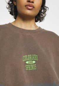 BDG Urban Outfitters - COLORADO SPRINGS CREWNECK - Sweatshirt - brown - 5