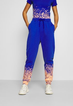 SIGNATURE PAINT SPLATTER  - Tracksuit bottoms - blue