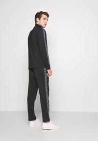 Michael Kors - STREET LOGO PANTS - Teplákové kalhoty - black - 2