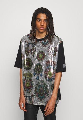 SEQUINS REGALIA - Print T-shirt - argento