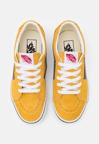 Vans - SK8-LOW UNISEX - Skate shoes - honey gold/purple - 3