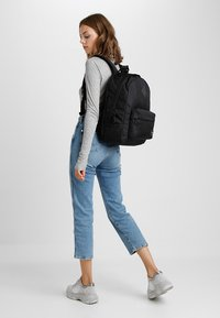 Vans - OLD SKOOL PLUS BACKPACK - Reppu - black - 5