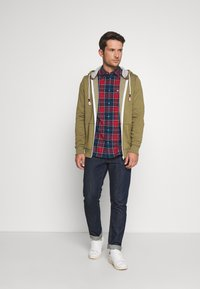 Tommy Jeans - ZIPTHROUGH - Zip-up hoodie - uniform olive - 1
