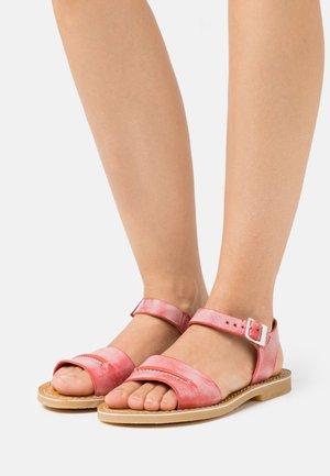 TANGOLA - Sandaalit nilkkaremmillä - rouge