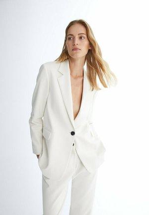 MIT EIN-KNOPF-VERSCHLUSS  - Short coat - off white