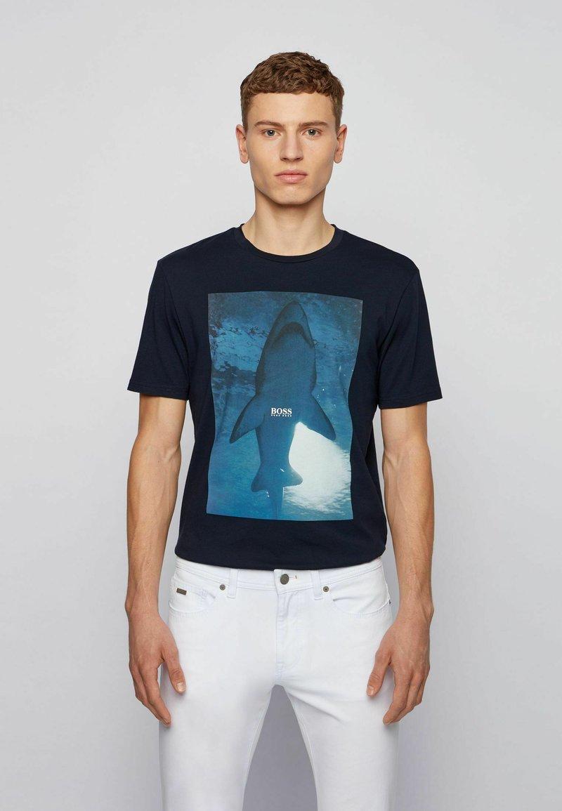 BOSS - TNOAH 1 - T-shirt med print - dark blue