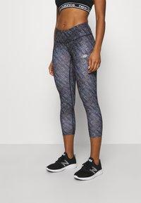 New Balance - PRINTED ACCELERATE CAPRI - 3/4 sports trousers - black - 0