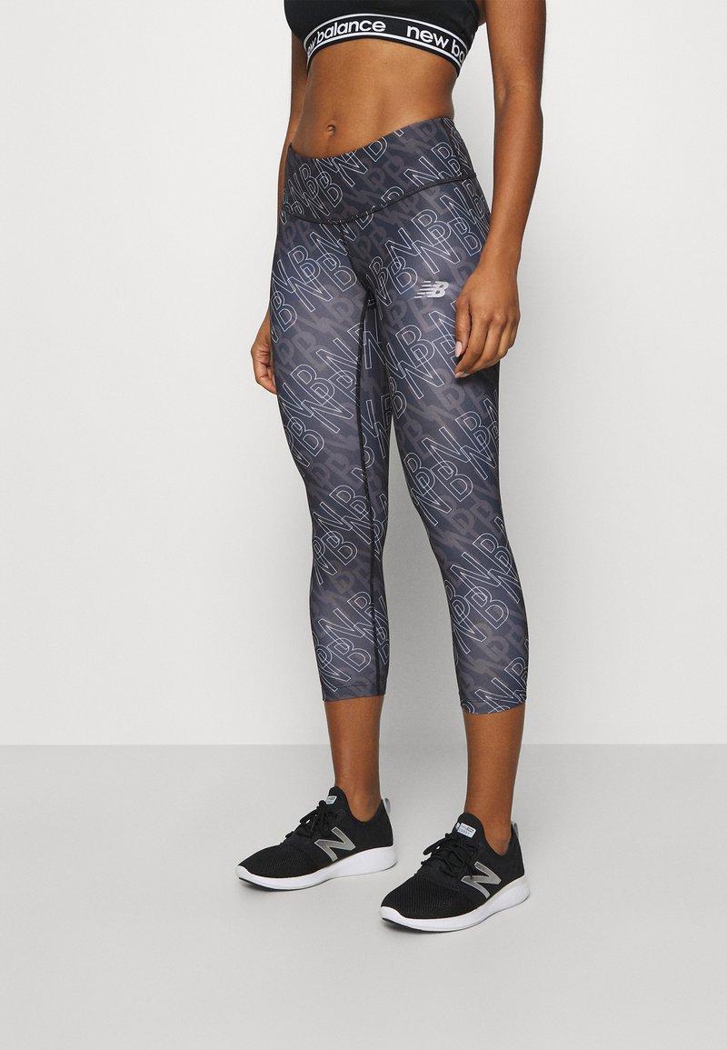New Balance - PRINTED ACCELERATE CAPRI - Pantalon 3/4 de sport - black