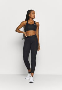 Nike Performance - WARM ESSENTIAL - Legginsy - black/smoke grey - 1