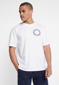 Edwin - ALTERED FANTASY - Print T-shirt - white - 2