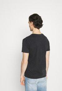 Kaotiko - TIE DYE EGYP - T-shirt print - dark grey - 2
