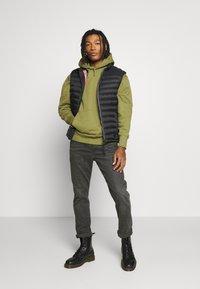 Tommy Jeans - BADGE HOODIE UNISEX - Sweat à capuche - uniform olive - 1