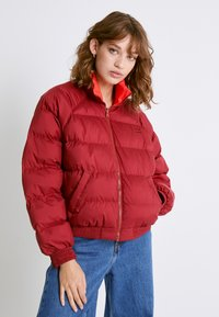 Levi's® - LYDIA REVERSIBLE PUFFER - Zimní bunda - poppy red - 4