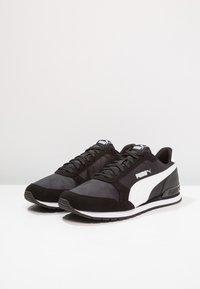 Puma - RUNNER UNISEX - Matalavartiset tennarit - black/white - 2