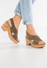 Clarks - MARITSA LARA - Sandály na platformě - olive - 0