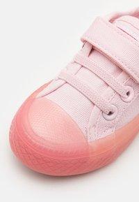 Levi's® - MAUI UNISEX - Sneakers laag - light pink - 5
