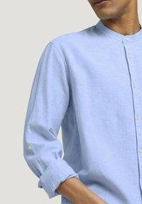 TOM TAILOR DENIM - Camisa - light blue white chambray - 3