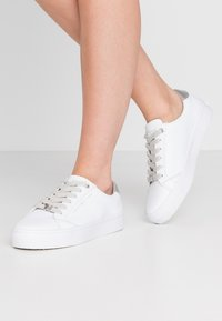 Tommy Hilfiger - CASUAL  - Tenisky - white/silver - 0
