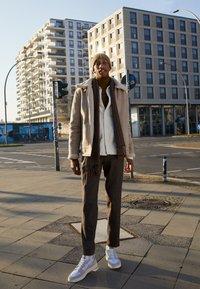 adidas Originals - SUPERCOURT UNISEX  - Zapatillas - offwhite/footwear white/chalk solid grey - 0
