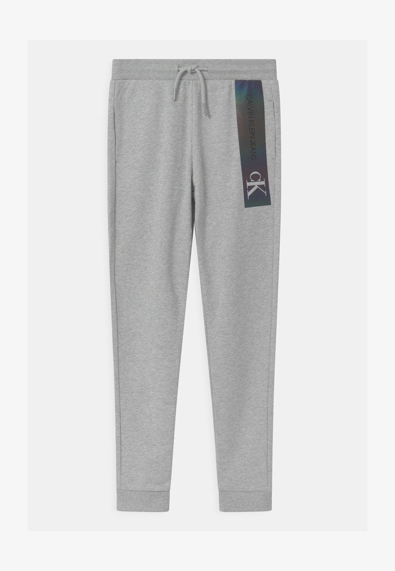 Calvin Klein Jeans - REFLECTIVE LOGO SLIM FIT UNISEX - Träningsbyxor - grey