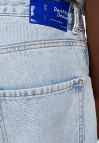 Bershka - MIT WEITEM BEIN IM  - Jeans a sigaretta - blue denim - 4