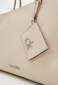 Calvin Klein - MUST SHOPPER SET - Velká kabelka - beige - 4