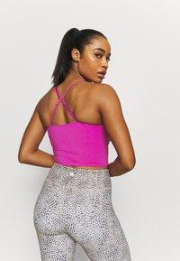 Cotton On Body - STRIKE A POSE YOGA VESTLETTE - Light support sports bra - magenta pop - 3