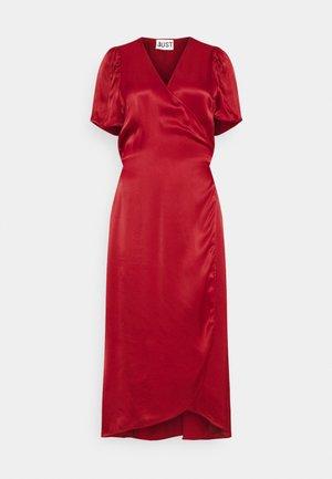 JULISSA WRAP DRESS - Koktejlové šaty/ šaty na párty - rubin red