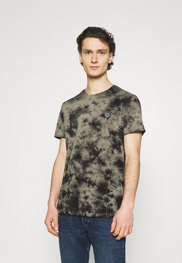 TONY - T-shirt med print - dark army