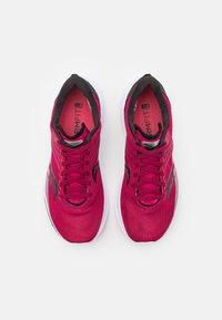 Saucony - KINVARA 12 - Zapatillas de running neutras - cherry/silver - 3