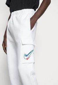 Nike Sportswear - CARGO PANT - Pantaloni sportivi - white - 4
