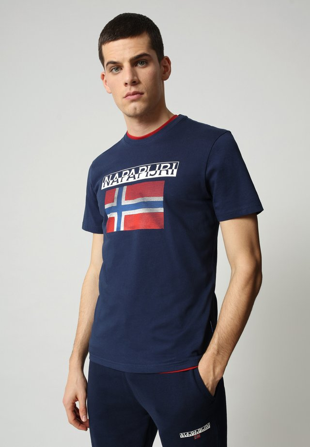 S-SURF FLAG - Camiseta estampada - medieval blue