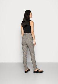 Vero Moda - VMEVA LOOSE PAPERBAG PANT  - Trousers - tobacco brown checks black/ white/ green - 2