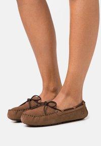 UGG - DAKOTA - Slippers - chestnut - 0